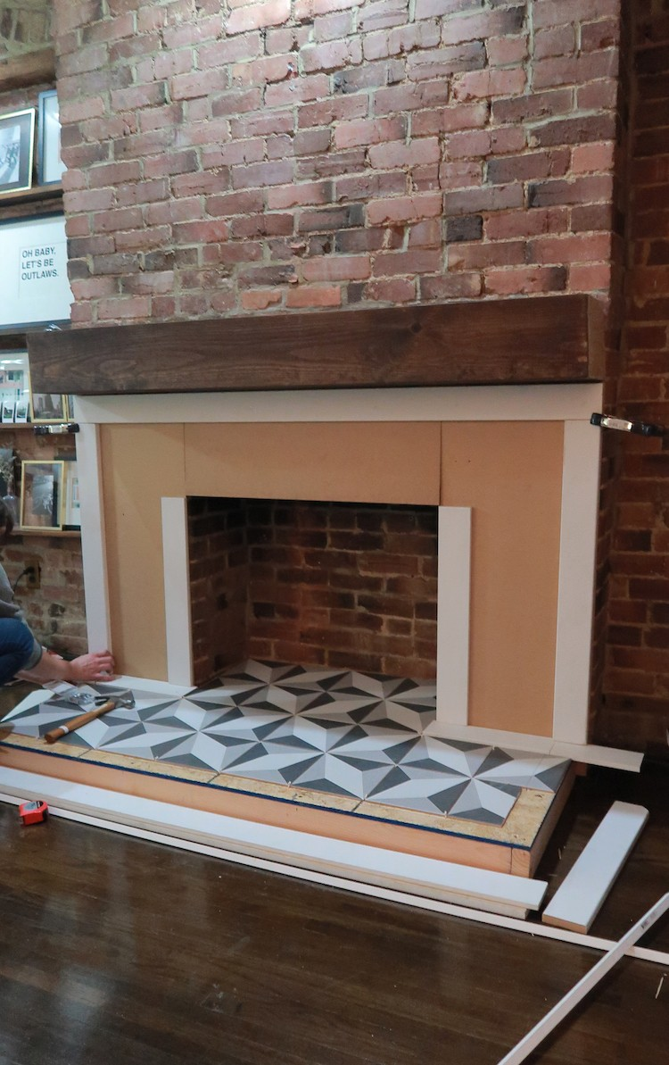 Jessica Steele of The Steele Maiden dreamed of redoing her living room fireplace. In a few simple steps, Jessica transformed her plain fireplace.